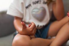 Падение красной крови от пальца ребенк для глюкозы теста стоковое изображение