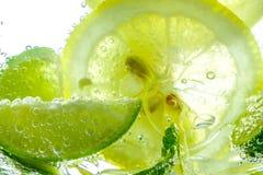 Падение лимона в газированной сверкная воде, соке Стоковое фото RF