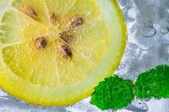 Падение лимона в газированной сверкная воде, соке Стоковые Фотографии RF