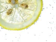 Падение лимона в газированной сверкная воде, соке Стоковая Фотография RF
