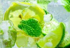 Падение лимона в газированной сверкная воде, соке Стоковые Изображения