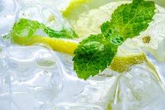 Падение лимона в газированной сверкная воде, соке Стоковое Изображение RF
