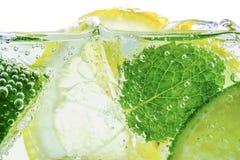 Падение лимона в газированной сверкная воде Стоковые Фото