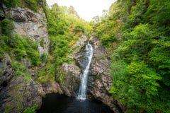 Падение фойе, водопад на фойе реки, который подает Лох-Несс, в гористой местности, Шотландия, Великобритания Стоковые Изображения RF