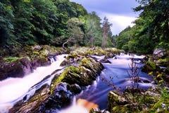 Падения водопада Feugh во время сезона бега семг стоковая фотография rf
