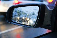 Падения воды или падения дождя на стекле автомобиля o Фланк Зеркало автомобиля стоковые изображения rf