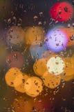 Падения воды на окне с предпосылкой цвета Стоковая Фотография