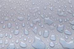 Падения воды на предпосылке цвета серо Малая глубина fie стоковые изображения