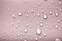 Падения воды на предпосылке цвета серо тонизировано стоковые фото