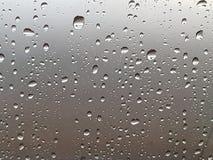 падения воды на специализированной части окна стоковое фото rf