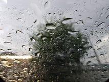 падения воды на специализированной части окна стоковые фотографии rf