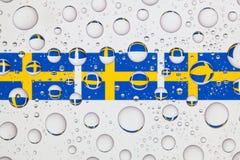 Падения воды на стекле и флаге Швеции Стоковые Изображения