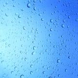 Падения воды на стеклянной предпосылке Стоковое Изображение