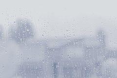 Падения воды на стеклянном окне, предпосылке текстуры стоковое фото