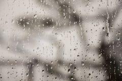 Падения воды после дождя на окне стоковое фото