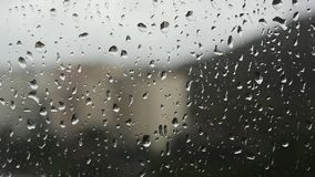 Падения дождевой воды на окне видеоматериал