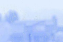 Падения дождевой воды на стеклянном окне, абстрактной предпосылке стоковое фото