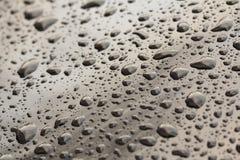 Падения падения дождя или воды на клобуке автомобиля Дождь падает o стоковая фотография rf