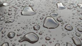Падения падения дождя или воды на клобуке автомобиля Дождь падает o стоковая фотография