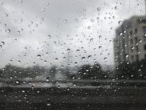 Падения дождя на лобовом стекле Дождь делает сиротливый стоковые фото