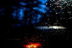 Падения дождя на окне, съемке от двигая автомобиля стоковое фото rf