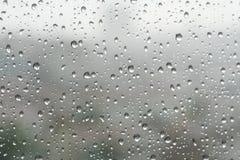 Падения дождя на специализированной части окна в дождливом дне стоковые изображения rf