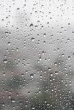 Падения дождя на специализированной части окна в дождливом дне стоковое фото rf
