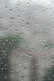 Падения дождя на специализированной части окна в дождливом дне стоковая фотография