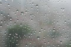 Падения дождя на специализированной части окна в дождливом дне стоковое фото