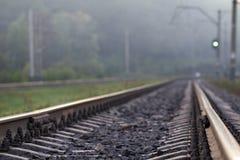 Падения дождя сломали на рельсе Фото символизирует ностальгию и одиночество стоковые изображения
