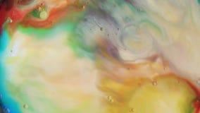 Падения красочной краски смешивая в молоке сток-видео