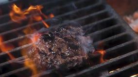 Падения мяса бургера на гриль сток-видео