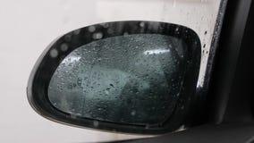 Падения на стекле и зеркале заднего вида автомобиля