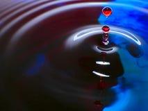Падения падения/чернил фотографии макроса, голубых и красных воды брызгают и пульсации, влажное, схематическое искусство, экологи Стоковая Фотография