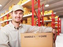 пакгауз работника доставляющего покупки на дом Стоковое Изображение RF