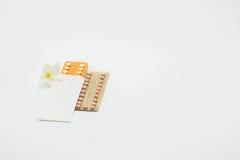 2 пакета волдыря пилюлек регулирования рождаемости с цветком Стоковые Изображения RF