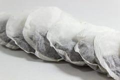 Пакетики чая расположенные дневальным множественные на белой предпосылке стоковые изображения rf