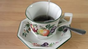 Пакетик чая в чашке сток-видео