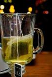 Пакетик чая в чашке стоковое фото