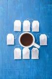 Пакетик чая и чашка на голубой предпосылке стоковые фото