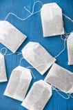 Пакетик чая на голубой предпосылке стоковое изображение rf