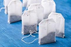 Пакетик чая на голубой предпосылке стоковое фото