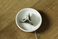 Пакетик чая на плите стоковое фото