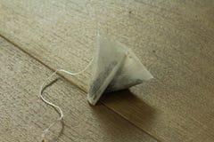 Пакетик чая на плите стоковое изображение rf