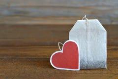 Пакетик чая с в форме сердц биркой стоковое изображение rf