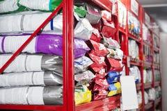 Пакеты корма для домашних животных на магазине Стоковое Изображение RF