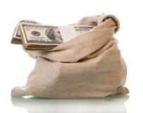 Пакеты 100 долларовых банкнот в мешке на белизне Стоковые Изображения RF