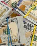 Пакеты 100 долларовых банкнот Стоковые Фотографии RF