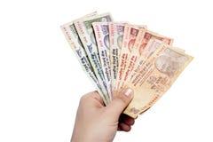Пакет индийских примечаний валюты держал в руке Стоковое Фото