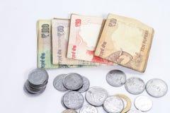 Пакет индийских примечаний и монеток валюты лежа на таблице Стоковое Изображение RF